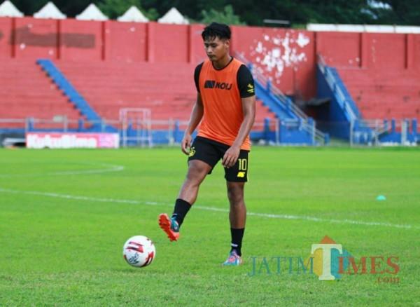 Septian Bagaskara saat berlatih di stadion Brawijaya. (Eko arif s/Jatimtimes)
