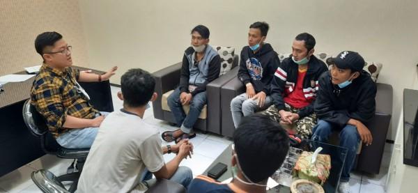 Kasat Intelkam Polres Malang, Iptu Riza Rahman (tengah paling kiri) saat koordinasi dengan The Jakmania Jatim (foto: istimewa)