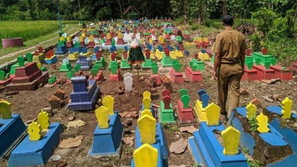 Makam di Ponorogo dicat warna-warni (Foto: DETIK.COM)
