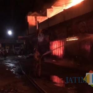 Pasar Campurdarat Tulungagung Kebakaran, Api Belum Dapat Dipadamkan hingga  Pagi Hari