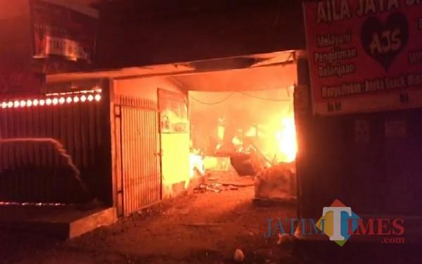 Pintu utama pasar terlibat api membakar lokasi dalam pasar / Foto : Istimewa / Tulungagung TIMES