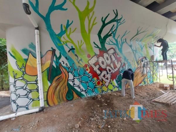 Salah satu karya grafiti di pilar tembok bawah Jembatan Kedungkandang yang bertemakan sepak bola, Rabu (17/3/2021). (Foto: Tubagus Achmad/MalangTIMES)