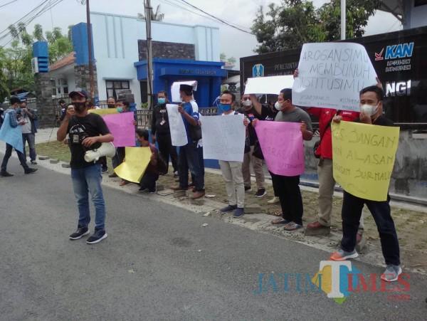 Aksi solidaritas wartawan Banyuwangi atas tindak kekerasan terhadap jurnalis di Situbondo (Nurhadi/JatimTimes)