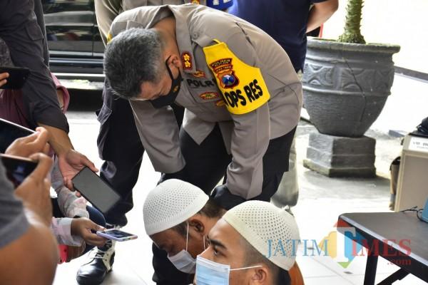 Kapolres Blitar AKBP Leonard M Sinambela mengintrogasi pelaku Taufik Hidayat.(Foto : Aunur Rofiq/BlitarTIMES)
