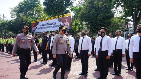 Kapolres Malang AKBP Hendri Umar (depan membawa tongkat komando) saat memantau anggotanya pada apel gelar pasukan. (foto: Humas Polres Malang for MalangTIMES)