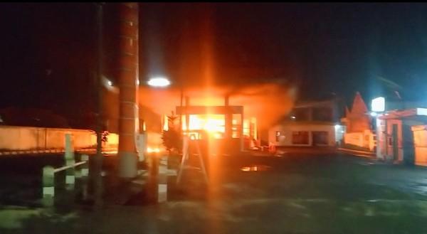 Kondisi SPBU Jalan Mayjen Sungkono, Kota Malang, yang dilalap si jago merah, Kamis (18/3/2021) malam. (Foto: Istimewa)