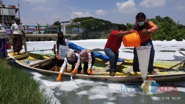 Penelitian mikroplastik dan uji sample di kawasan sungai Tambak Wedi, Kamis (18/3/2021).