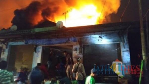 Petugas gabungan saat memadamkan kebakaran di Pasar Lawang yang terjadi pada 2019 silam. (Foto: Ashaq Lupito/JatimTIMES)