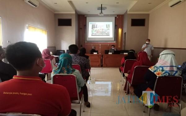 Pihak Alfamart saat memberikan materi pelatihan kr pelaku UMKM di Jombang, Kamis (18/03). (Foto : Adi Rosul / JombangTIMES)