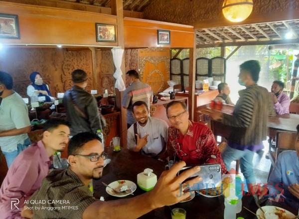 Potret keakraban antara Rektor UIN Malang, Prof Abdul Haris (baju batik) dan juga para mahasiswa asing dengan selfie bersama (Anggara Sudiongko/MalangTIMES)