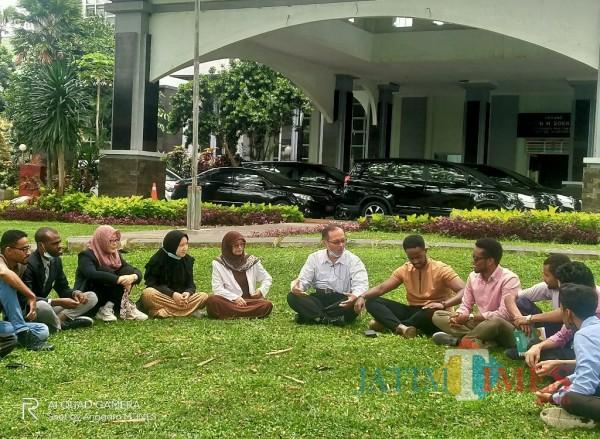 Prof Abdul Haris saat bercengkrama dan berdiskusi dengan para mahasiswa asing didepan Rektorat UIN Malang beberapa waktu lalu (Anggara Sudiongko/MalangTIMES)