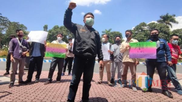 Sejumlah jurnalis di Bondowoso gelar aksi solidaritas dugaan intimidasi wartawan oleh pengawal Menteri KKP