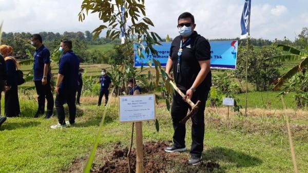 Branch Head WOM Finance Kantor Cabang Madiun, Imam Iswahudi saat menanam pohon penghijauan (foto: istimewa)