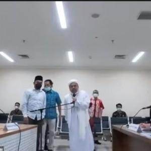 """Dipaksa Hadir di Ruang Sidang, Habib Rizieq """"Ngamuk"""" Diseret Petugas"""