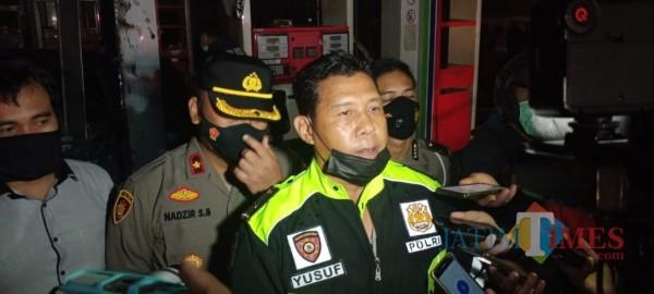 Kapolsek Kedungkandang Kompol Yusuf Suryadi (tengah) saat ditemui awak media di SPBU Jalan Mayjen Sungkono, Kota Malang, Kamis (18/3/2021) malam. (Foto: Istimewa)