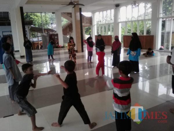Latihan pencak silat santri TPQ Masjid Baitul Jannah Banjasari Glagah Banyuwangi Nurhadi Banyuwangi Jatim Times