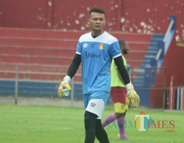 Salah satu penjaga gawang Persik Kediri saat berlatih di Stadion Brawijaya. (eko arif s/JatimTIMES)