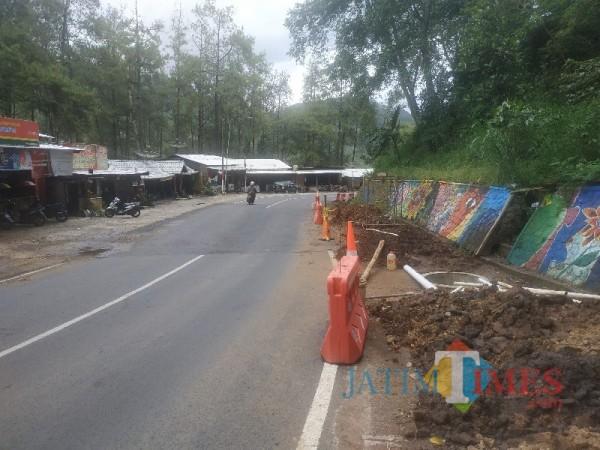 Suasana Jalan Brigjen Moh Manan, Songgokerto, kawasan Payung 1, Kota Batu, Sabtu (20/3/2021) (foto: Mariano Gale/JatimTIMES)