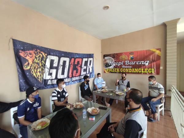 Suasana pertemuan Polsek Gondanglegi dengan Aremania Gober. (foto: Humas Polres Malang for MalangTIMES)