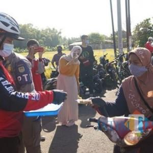 Borong Produk di Lapak UMKM, Wali Kota Madiun Bagikan ke Masyarakat