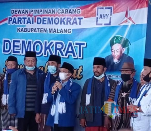 Pernyataan sikap DPC Partai Demokrat Kabupaten Malang tetap dukung AHY sebagai ketua umum. (foto: Hendra Saputra/MalangTIMES)