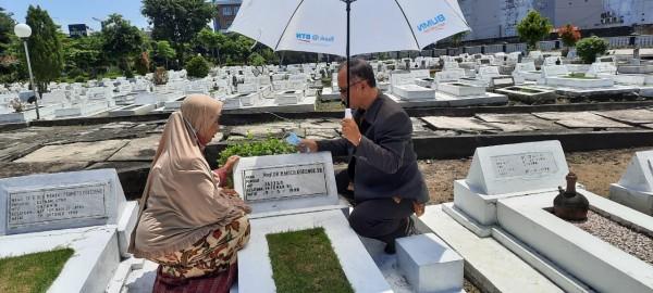 Rektor UIN Maliki Malang Prof Abdul Haris bersama istri saat berziarah ke makam Prof Dr Moch. Koesnoe SH,di TMP Surabaya. (Ist)