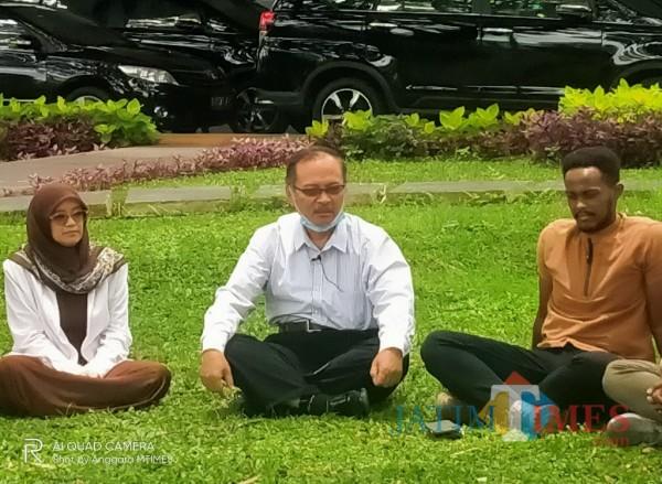 Dari kiri, Dewi Hamida, Rektor UIN MALIKI Malang Prof Abdul Haris bersama mahasiswa asing (Anggara Sudiongko/MalangTIMES)