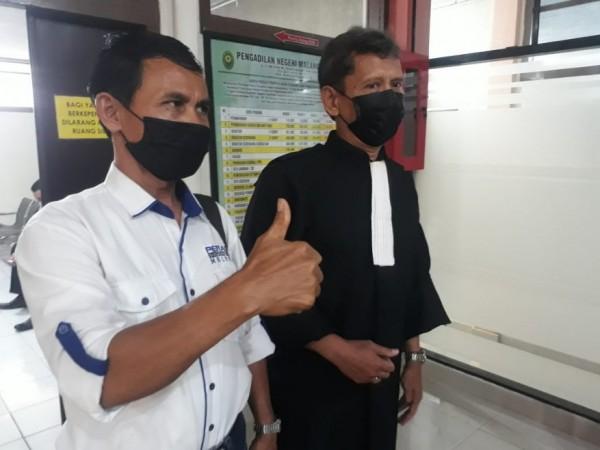 Kuasa hukum terdakwa Muhammad Imron,) yakni Budi Santoso, saat keluar dari ruang sidang, Senin (22/3/2021). (Foto: Istimewa)