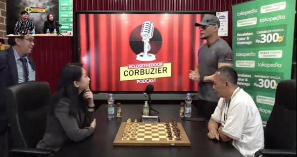 Pertandingan persahabatan catur antara Dewa Kipas dan Irene Sukandar. (Foto: screenshot YouTube Deddy Corbuzier)