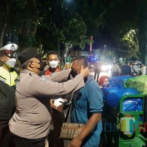 Targetkan Zona Hijau, Polres Lumajang Operasi dan Bagi Masker Malam Hari