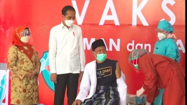 Presiden RI Joko Widodo saat memantau Vaksinasi Covid-19 terhadap tokoh agama di Pendopo Kabupaten Jombang, Senin (22/03) sore. (Foto: istimewa)