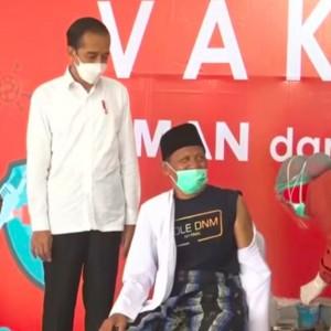 Presiden Jokowi Pantau Vaksinasi Tokoh Agama di Jombang