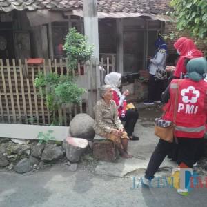 Tak Layak Huni, PMI Banyuwangi Bedah Rumah Nenek 72 Tahun