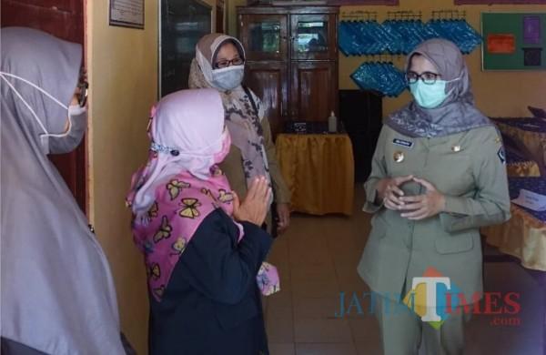 Bupati Blitar Rini Syarifah saat kunjungan ke lembaga pendidikan.(Foto : Ist/Pemkab Blitar)