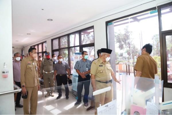 Bupati Malang Sanusi (pakai peci, masker putih) saat meninjau RSUD Kanjuruhan, Selasa (23/3/2021). (Foto: Istimewa)