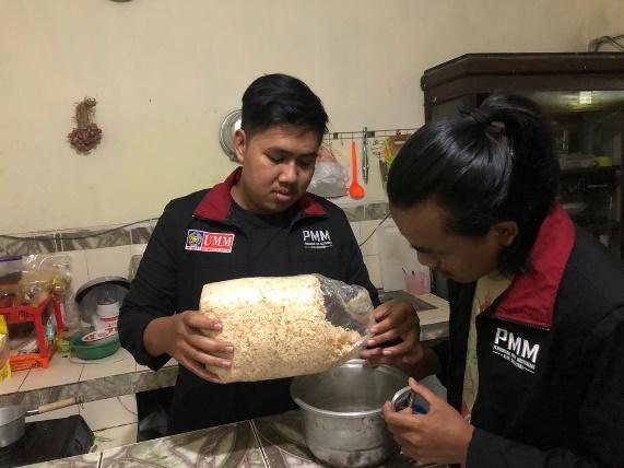 Mahasiswa Muhammadiyah Malang saat menjadikan limbah kayu sebagai pewarna