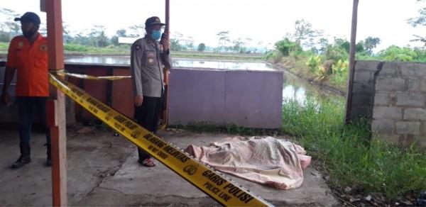 Polisi saat hendak melakukan evakuasi terhadap mayat berjenis kelamin perempuan yang ditemukan dalam kondisi telanjang, Selasa (23/3/2021). (Foto: Istimewa)