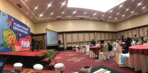 Suasana pelatihan pengelolaan media sosial TikTok dan Youtube yang digelar Diskominfo Kota Malang, Selasa (23/3/2021). (Foto: Imarotul Izah/MalangTIMES).
