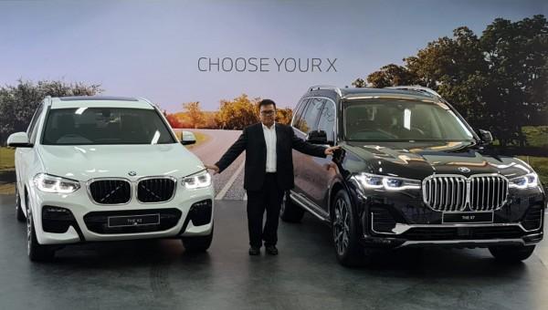 Yopy Antonio Kepala Cabang BMW Astra Surabaya, menunjukkan dua varian seri BMW X yang terbaru (Ist)