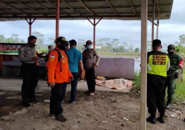 Anggota kepolisian saat menemukan mayat perempuan di Pakisaji, Kabupaten Malang, Selasa 23 Maret 2021. (foto: istimewa)