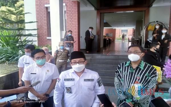 Dari kiri, Kepala Diskopindag, M Sailendra, Walikota Malang Sutiaji dan Kepala BI Malang Azka Subhan (Anggara Sudiongko/MalangTIMES)