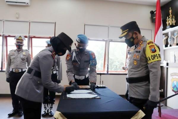 Kapolres Batu AKBP Catur C. Wibowo (kanan) pimpin serah terima jabatan (sertijab) kasatlantas di Rupatama Polres Batu, Rabu (24/3/2021). (Foto istimewa)