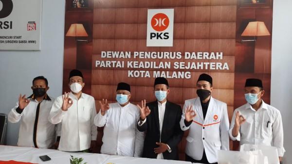 Ketua Dewan Pengurus Wilayah (DPW) PKS Jawa Timur Irwan Setiawan (tiga dari kiri) saat berkunjung ke kantor DPD PKS Kota Malang. (Foto: Istimewa).