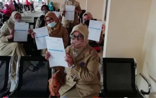 Para guru di Kabupaten Malang saat menjalani vaksinasi guna memenuhi ketetapan persyaratan uji coba pembelajaran tatap muka. (Foto: Istimewa)