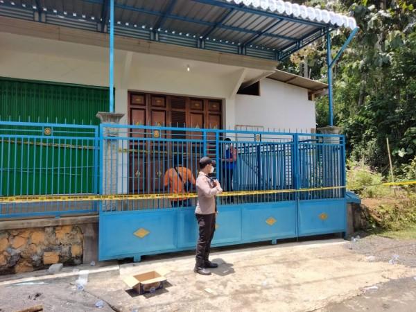 Rumah yang digunakan Adi Pratama untuk menghabisi nyawa bapak kandungnya (foto: istimewa)