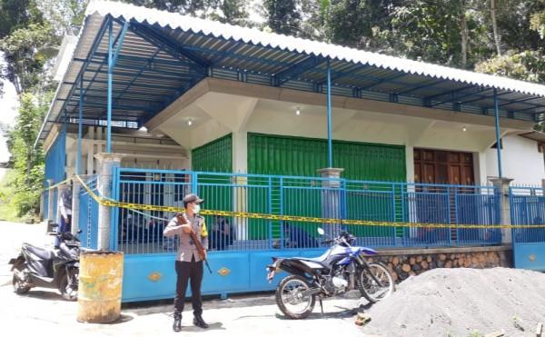 Suasana rumah yang digunakan Adi Pratama untuk menghabisi nyawa bapak kandungnya (foto: istimewa)
