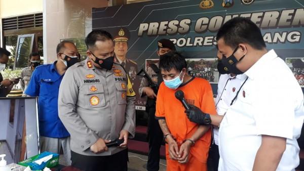 Kapolres Malang AKBP Hendri Umar saat menginterogasi pelaku pembunuh bapak kandungnya (foto: istimewa)