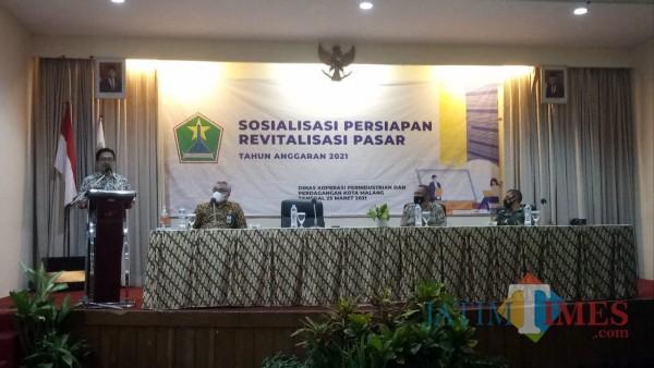 Kepala Diskopindag Kota Malang, Muhammad Sailendra ST MT saat memberikan sambutan pada sosialisasi kepada para pedagang tiga pasar yang akan direvitalisasi