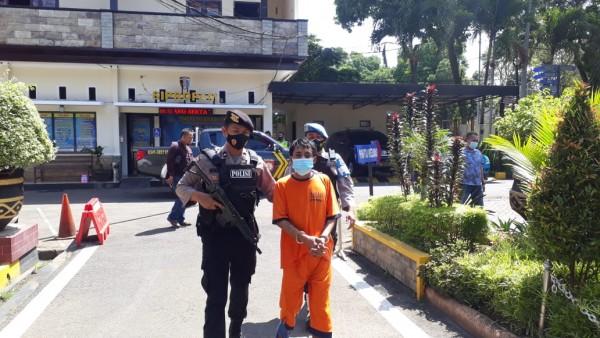 Pelaku pembunuh bapak kandung, Adi Pratama saat digelandang polisi di Mapolres Malang (foto: istimewa)