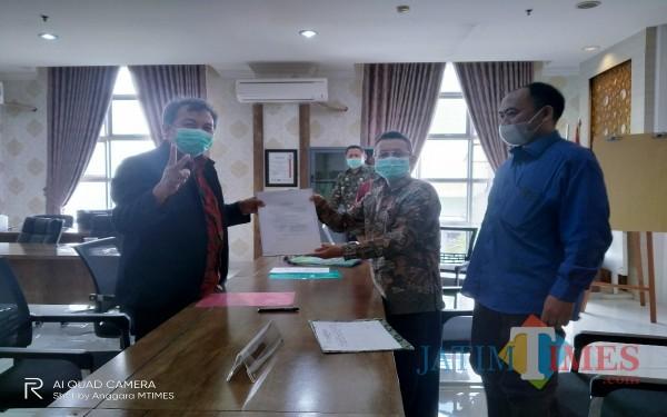 Prof Dr Suhartono saat menyerahkan berkas pendaftaran bakal calon rektor ke tim panitia penjaringan (Anggara Sudiongko/MalangTIMES)